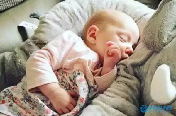 除了婴儿游泳,提高宝宝睡眠质量这四点也很重要