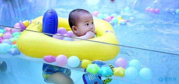 宝宝多可以游泳?婴儿游泳使用脖圈好不好?专家的回答真的对吗?