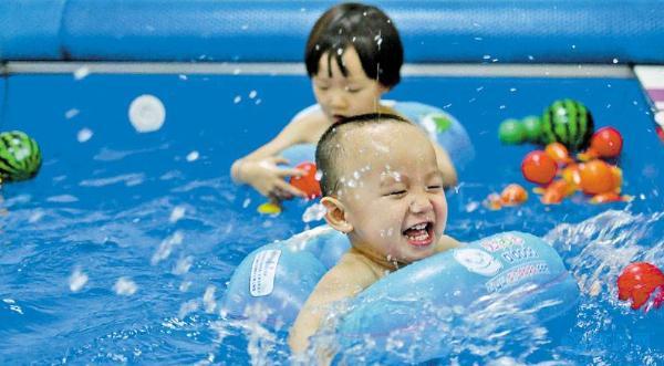 宝宝多久进行一次婴儿游泳比较好?婴儿游泳的好处与注意事项有哪些?