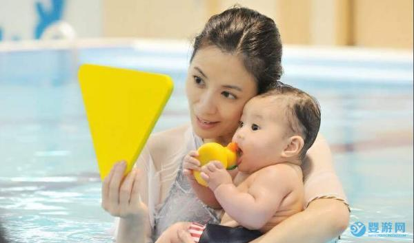 游泳就能降低宝宝生病的几率,这种好玩的运动明星的孩子都在做