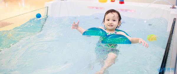 「坚持婴儿游泳的好处」婴儿游泳的五大好处对孩子的未来发展很有益!我劝你带孩子进行婴儿游泳!