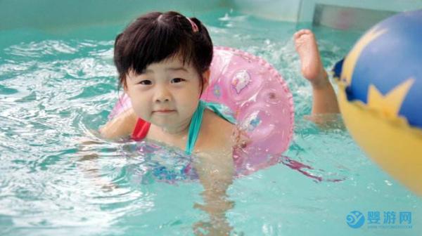 婴儿游泳的好处随着时间体现出来!变化很大!
