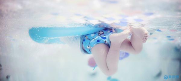 婴儿游泳好处多,宝宝下水就哭怎么办?