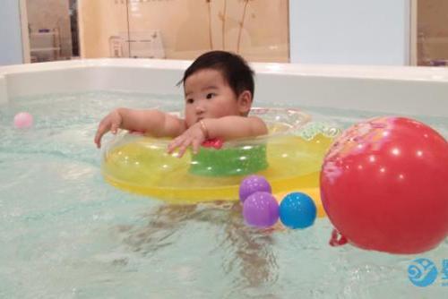 """在寶寶智力發育""""黃金期""""堅持嬰兒游泳,鍛煉效果顯著..."""