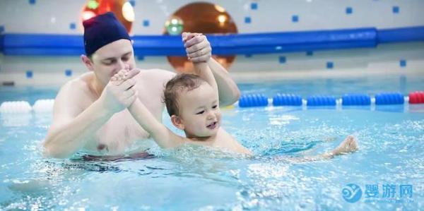 天气冷了,更应该让孩子去婴儿游泳馆游泳!