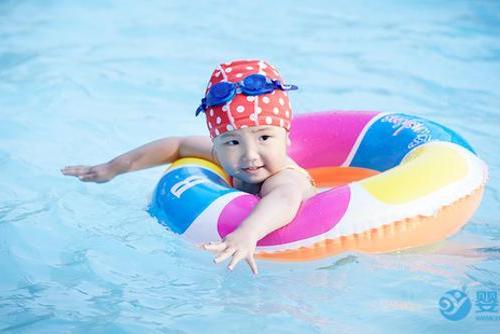 嬰兒游泳不僅能鍛煉身體,關鍵時刻能保命!