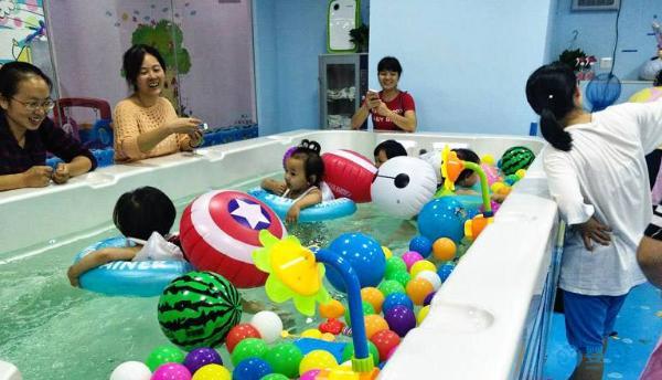 婴儿游泳促进宝宝五项能力发展及潜力提升,值得投资的运动
