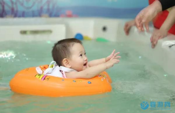 婴儿游泳的好处这么多,婴儿游泳馆生意火爆绝非偶然!