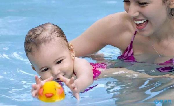 带宝宝婴儿游泳之后,吃得好了,睡得香了,打人也更有劲儿了