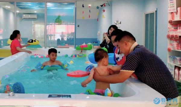 婴儿游泳是项神奇的运动,6大好处让你爱上它