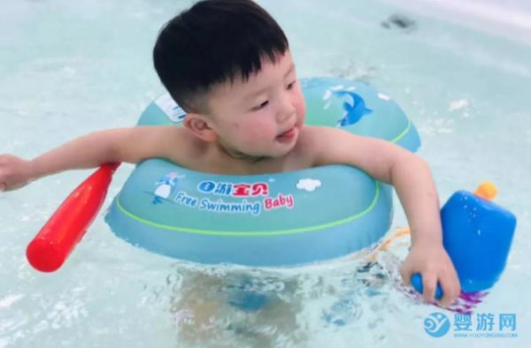 在家里两个多月胖了?游泳帮宝宝塑造好身材