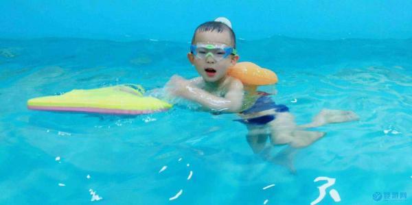 天气热了,带孩子进行婴儿游泳前,一定要注意这5个问题