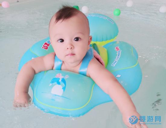 秋天带宝宝的游泳的家长是这么想的,难怪人多