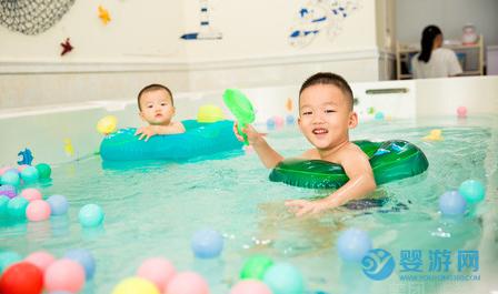 每次一二十分钟,婴儿游泳的好处却不容忽视