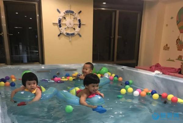 天冷了宝宝只适合待在家里?带他去游泳是正确的选择
