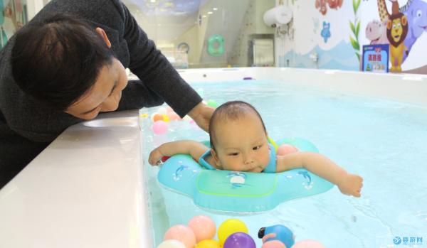 冬季宝宝健身运动热,从婴儿游泳馆开始
