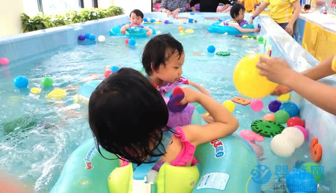 把孩子看病的钱都用来带去婴儿游泳馆,这钱花的不亏
