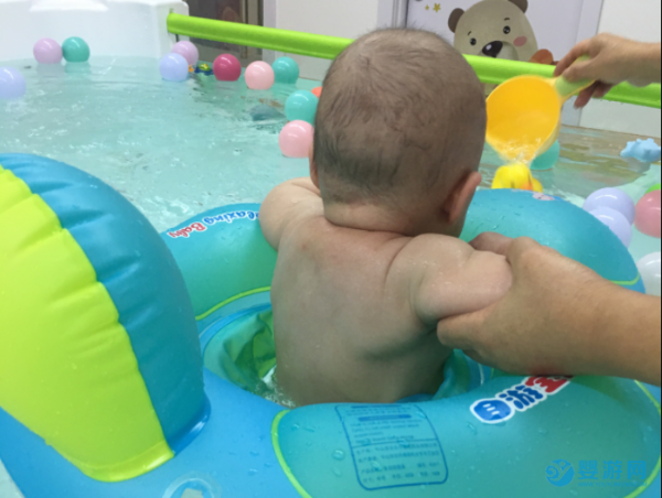 """一不注意冬天宝宝就肥胖,多参加游泳""""减肥"""""""