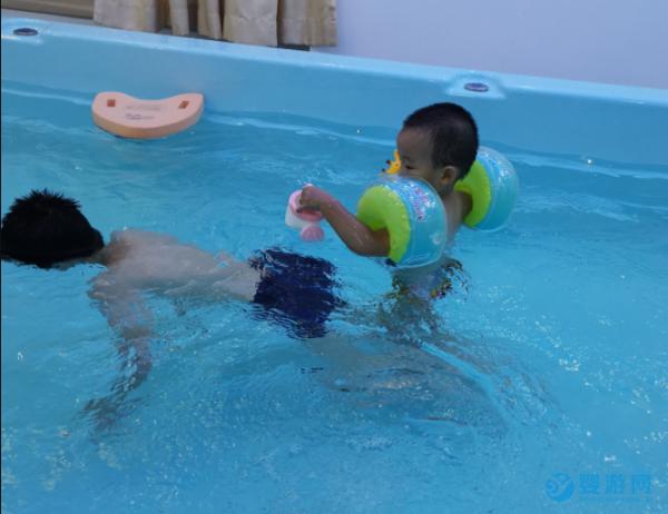 婴幼儿游泳的兴趣与生俱来,合理利用效用大