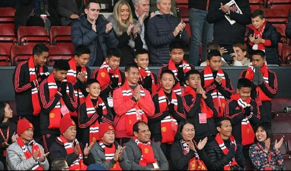 泰国受困足球队受邀观战曼联
