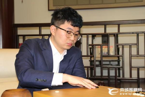 杨鼎新再度缓手完败 辜梓豪2比1挑战成功加冕天元