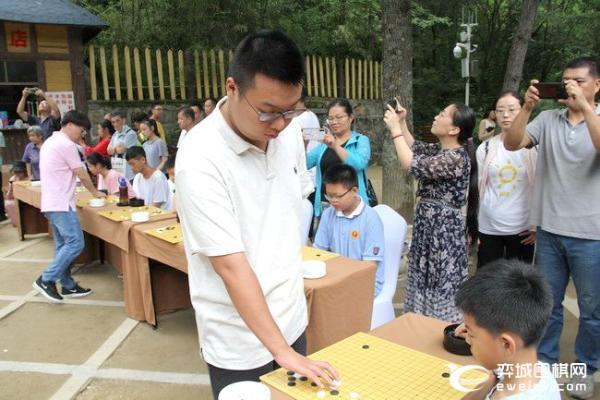 周睿羊连笑等指导洛阳小棋手 7日棋圣战决赛第二局