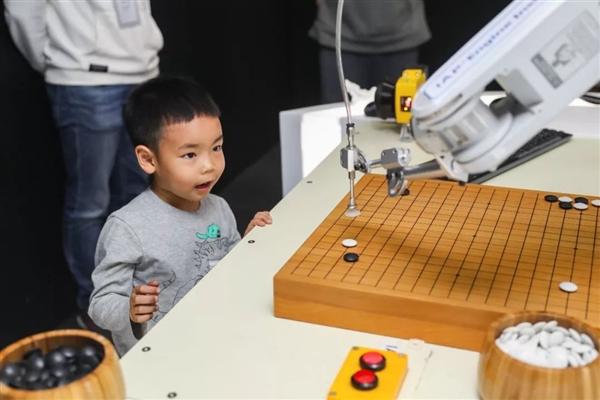 麒麟980助力  华为Mate 20打造AI围棋机械臂:有望与世界冠军对弈