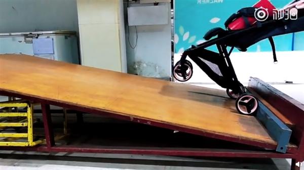 699元 米兔折叠婴儿推车稳定性测试:怎么坐都平稳