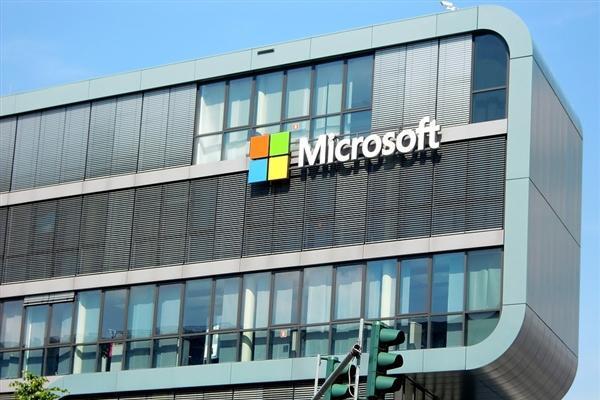Surface Pro被NFL教练怒摔:微软尴尬解...
