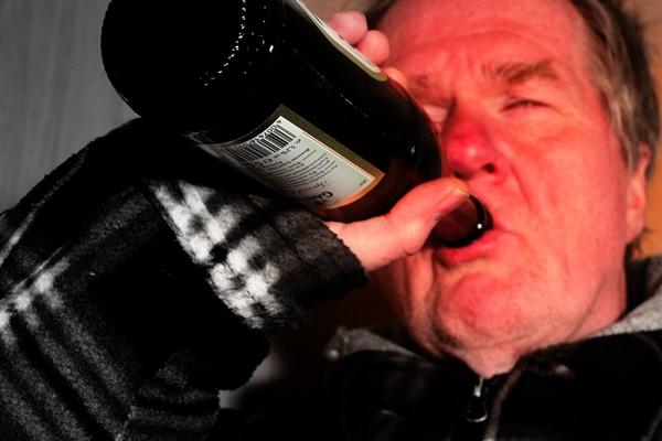 斯坦福大学新研究:喝酒脸红的人更易患阿兹海默症