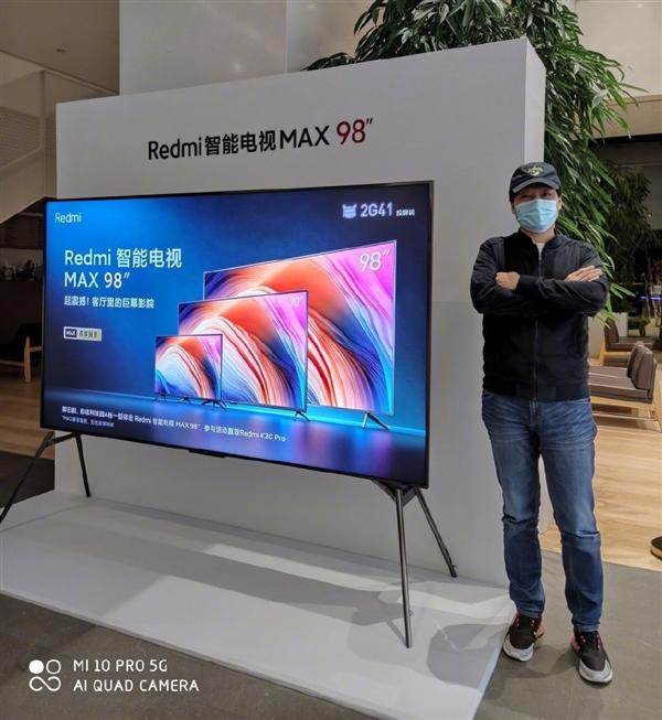 雷军与Redmi智能电视MAX 98英寸合影:身高暴露了