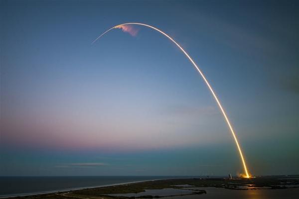 马斯克晒50米高星舰原型机:2023年载人绕月