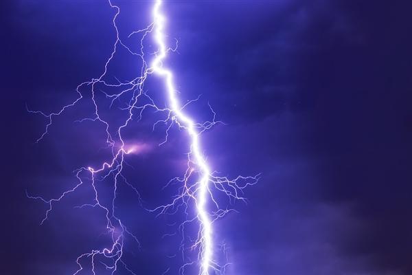 少年:16岁少年在家玩手机被雷击晕 医生:雷雨天远离电器、金属物体