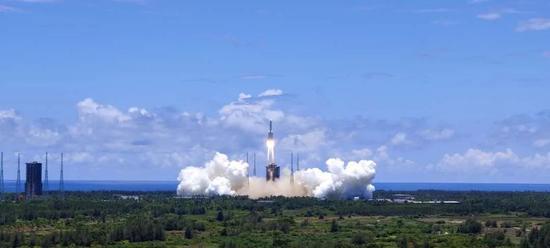 中国天问一号探测器在海南岛发射升空奔向火星