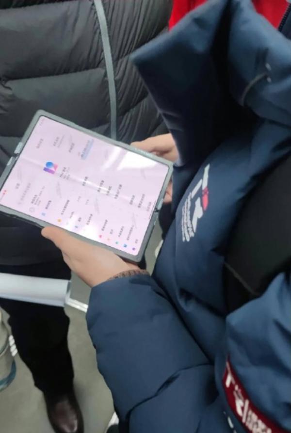 小米折叠屏真机地铁曝光:MIUI 12加持 今年发布