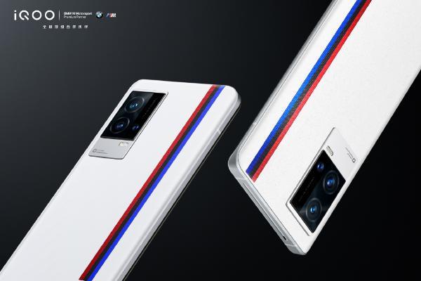 iQOO 8传奇版真容揭晓:宝马联名 三色纹设计