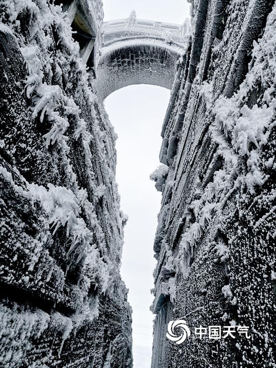 """好美!雪后的梵净山变身""""黑白世界"""""""