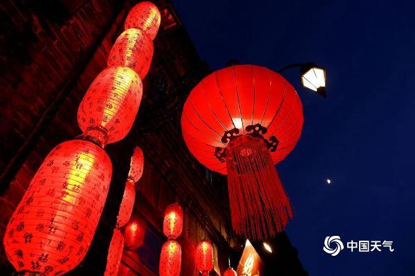 冰城哈尔滨灯笼高挂 红红火火迎新年