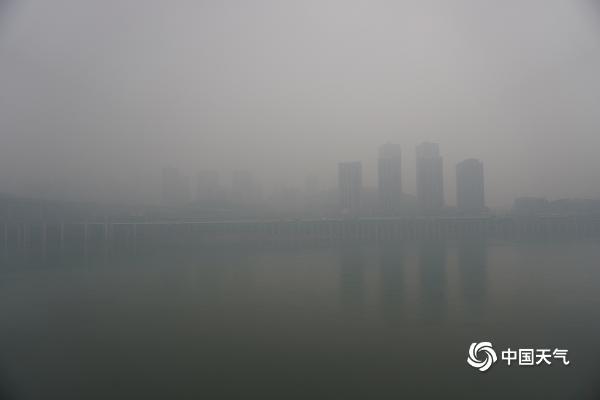 暴雨来袭重庆山城 如悬疑电影
