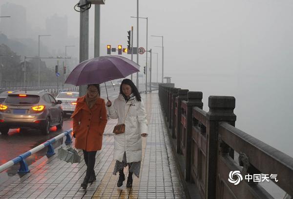 强降雨袭重庆  山城烟雨朦胧如悬疑电影