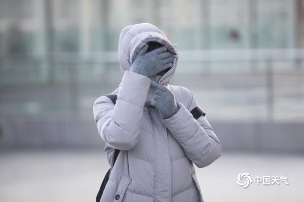 北风呼啸+降温!实拍寒冷天气下的北京街头