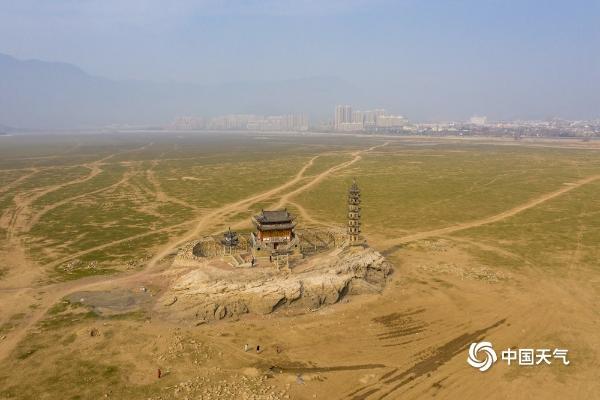 江西鄱阳湖落星墩露出水面 较往年推迟两个多月