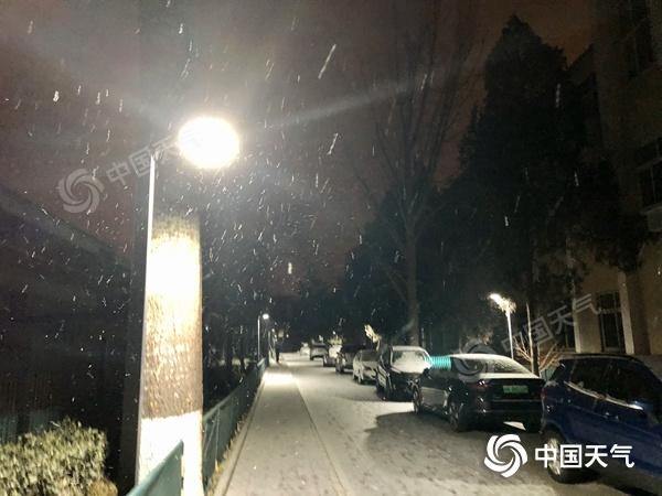 北京迎来2021年第一场雪!今天白天还是小雪 道路很滑 需要注意安全