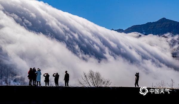 重庆南川金佛山现在是云瀑景观 白云倾入仙境