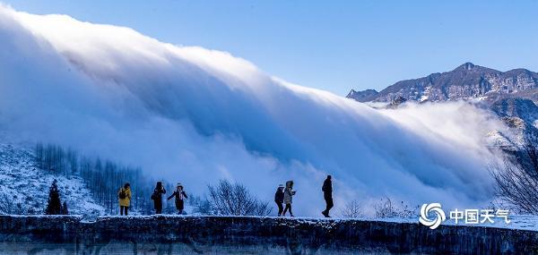 重庆南川金佛山现云瀑景观 白云倾泻如入仙境
