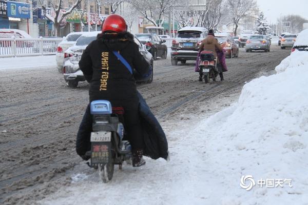 寒潮发威!山东威海现持续降雪 路面结冰湿滑交通出行困难