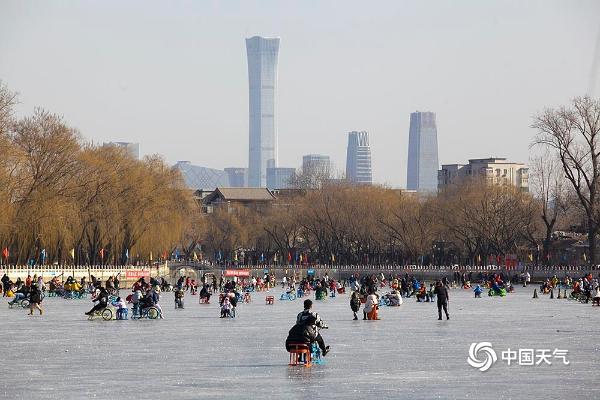 行走在冰上3949北京后海冰场游客享受冰上乐趣