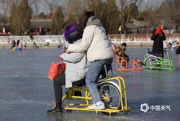 三九四九冰上走 北京后海冰场游人享冰趣