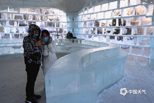 冰屋亮相哈尔滨街头晶莹剔透 吸人游人围观拍照