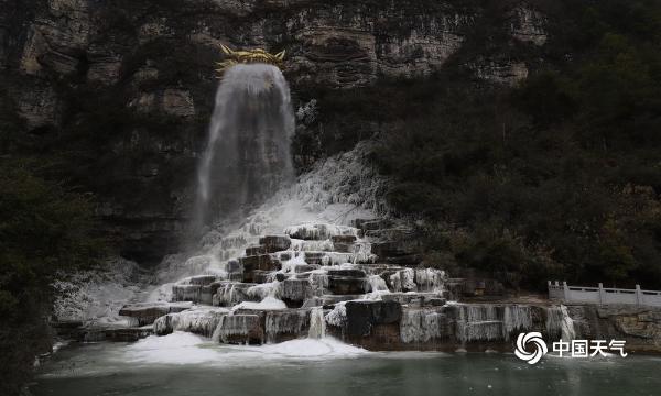 受持续低温影响 贵州现金龙吐水壮观冰瀑